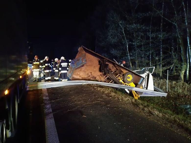 Wypadek na autostradzie A4. Tir wypadł z drogi, uszkodził trzy inne pojazdy osobowe i ciężarowy