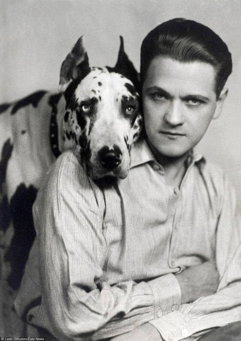 Aktor ze swym ukochanym psem Sambo, dogiem arlekinem
