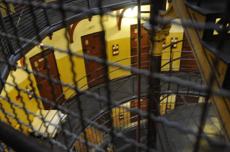 Na czwartym piętrze aresztu, jedynej kondygnacji bez blend (zasłon na okna) przebywają osadzeni, którzy jedną nogą są już na wolności. Mają zgodę na