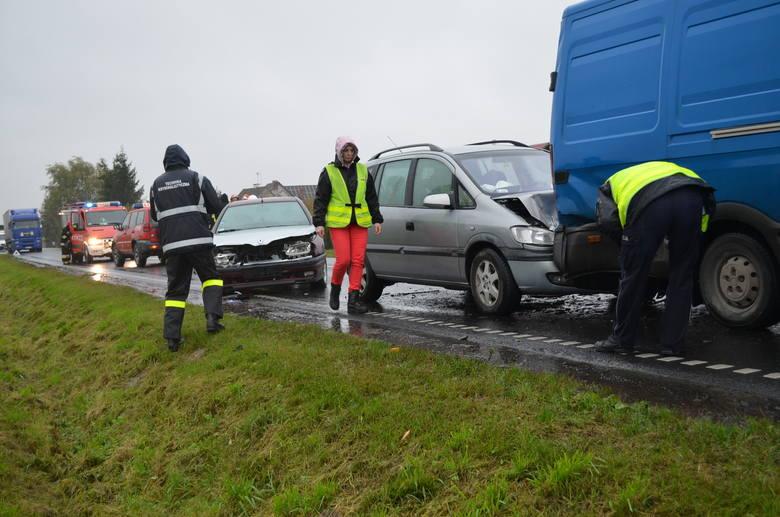 Ponad półtorej godziny  droga wojewódzka 240 była zablokowana. Za Pawłowem, gmina Chojnice zderzyły się trzy auta. Jedenastolatka trafiła do szpitala.