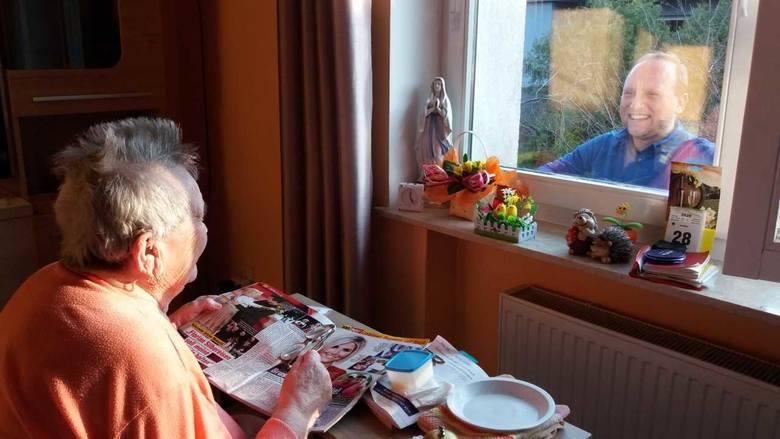 Wnuk wszedł na drabinę i sprawił tym stuletniej babci wielką radość