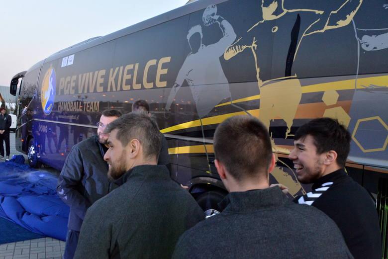 Drużyna PGE VIVE Kielce w poniedziałek odebrała nowy, nowoczesny autokar - Irizar i8. Takim modelem jeżdżą najlepsze drużyny piłki nożnej w Europie,