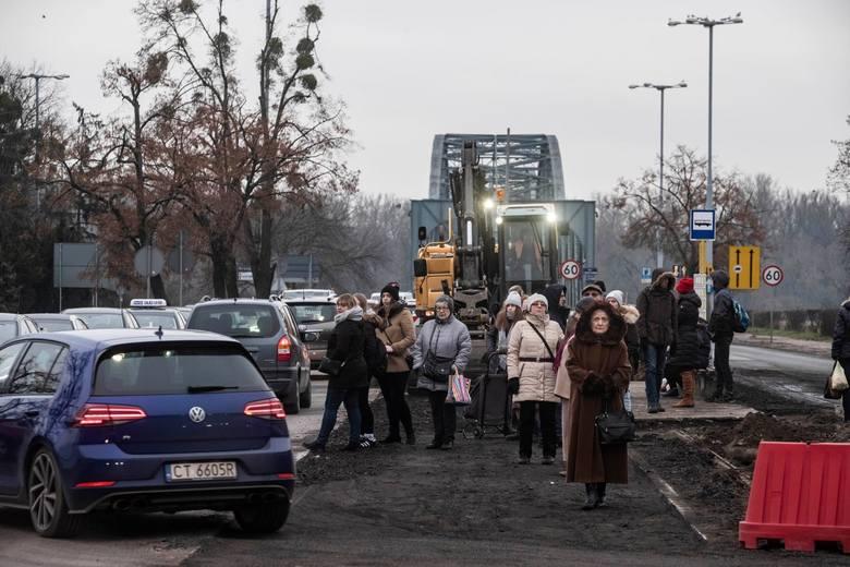 Szykuje się ekstremalnie trudny rok dla kierowców w Toruniu. Kilka dni temu początek przebudowy trasy na  pl. Rapackiego sparaliżował komunikacyjnie