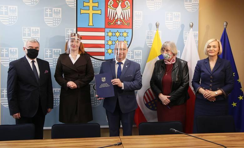 """W zawarciu umowy na dofinansowanie projektu """"antywirusowego"""", przygotowanego przez Starostwo Powiatowe w Opatowie, uczestniczyli ,od lewej: marszałek"""