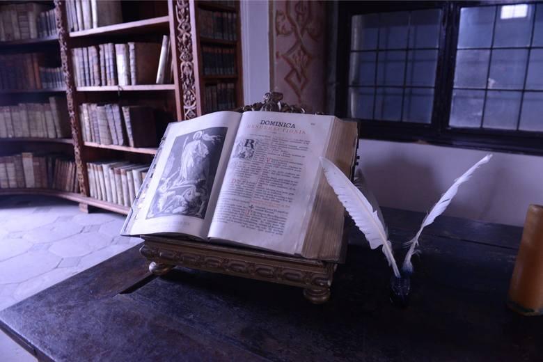 Jednym z najciekawszych miejsc w opactwie jest biblioteka, czyli dawne skryptorium