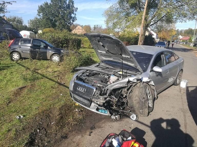Do groźnego wypadku doszło w niedzielę, 20 października, na ul. Myśliwskiej w Witnicy. Na skrzyżowaniu zderzyły się ford i audi. Na miejsce skierowano