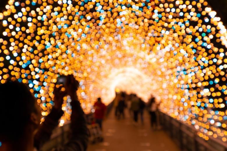 Choć los rzucił mnie daleko stąd- w myślach z Tobą będę.Na odległość życzę Ci Wesołych Świąt, w sercu śląc kolędę.