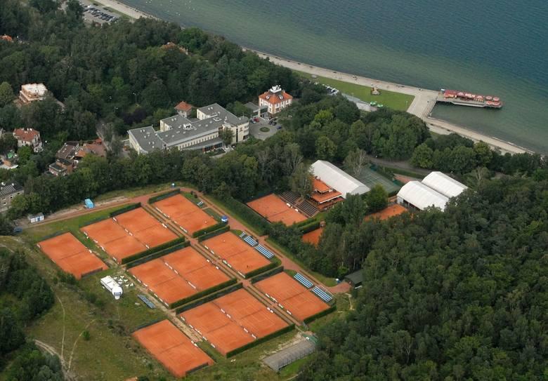 Malowniczo położone korty Klubu Tenisowego Arka Gdynia przy ul. Juliana Ejsmonda 3