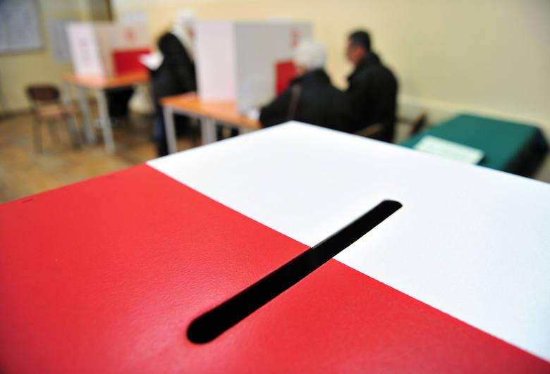 Głosowanie poza miejscem zamieszkania w wyborach samorządowych jest możliwe. Trzeba jednak odpowiednio wcześnie złożyć wniosek w urzędzie gminy, na terenie