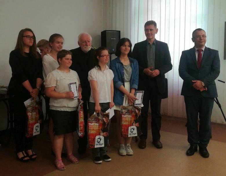 W konkursie zostało nagrodzonych sześcioro uczniów szkół średnich. Natomiast 12 otrzymało wyróżnienia.