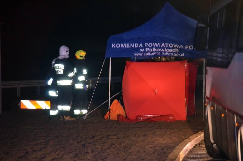 Wypadek autokaru na S3. Wycieczka wracała z jarmarku we Wrocławiu. Autobus przewrócił się na bok. Jedna osoba nie żyje, 24 zostały ranne