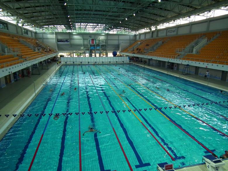 Kąpieliska to nie jedyna możliwość by ochłodzić się w letnie upały. Z pomocą przychodzi także oferta pływalni w Poznaniu i okolicznych miejscowościach.