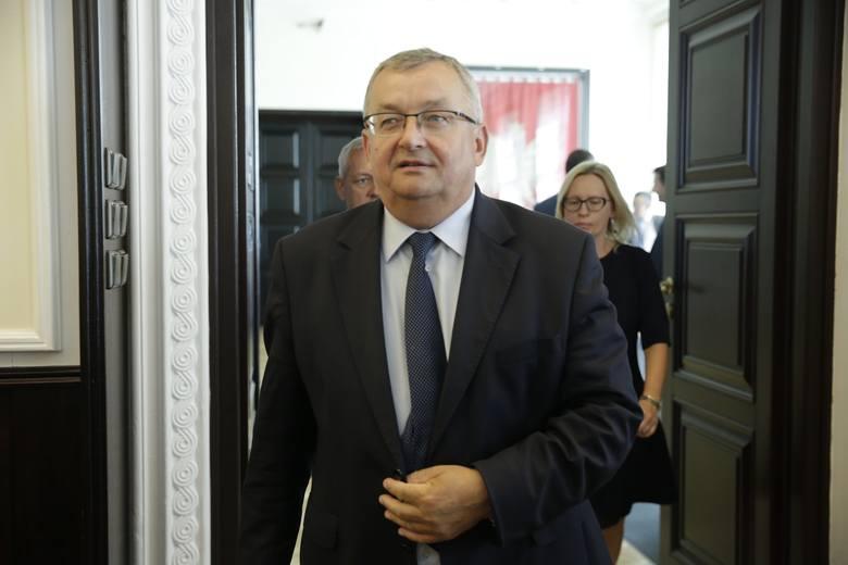 Ministerstwo Infrastruktury – Andrzej Adamczyk - pojawiły się publiczne zarzuty, że jego praca magisterska napisana w olkuskiej filii Społecznej Akademii