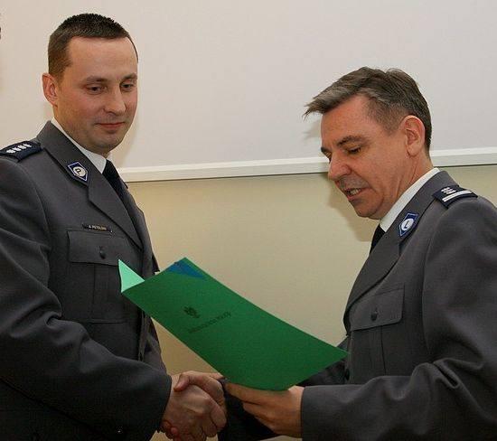 Nadkomisarz Adam Petelski (z lewej) został zastępcą komendanta wojewódzkiego policji w Białymstoku