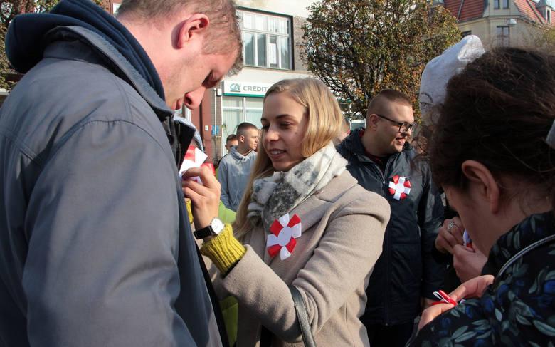 W piątek, na Rynku głównym w Grudziądzu, o godzinie 11:11 kilkaset osób -głównie dziec i młodzież szkolna - zaśpiewało Mazurka Dąbrowskiego.Wokalnie