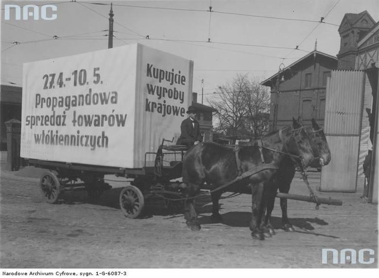 """Reklama krajowych wyrobów włókienniczych, zorganizowana przez Maciejewskiego - właściciela Domu Towarowego przy ul. Gdańskiej w Bydgoszczy. Reklama na platformie konnej. <font color=""""blue""""><a href="""" http://www.audiovis.nac.gov.pl/obraz/95242/f3448b9489274bea68bc19cb7bbef280/""""><b>Zobacz zdjęcie w..."""