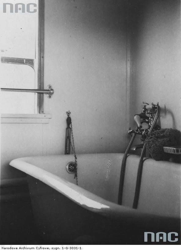 Wnętrze łazienki w wagonie kąpielowym pociągu rajdowego