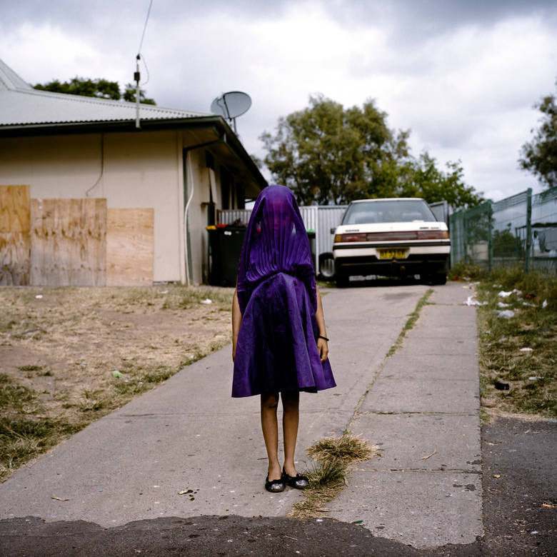 """WORLD PRESS PHOTO 2015. Pierwsze miejsce w kategorii """"Portret - zdjęcie pojedyncze"""". Laurinda czeka na autobus, który zabierze ją na lekcje do szkoły niedzielnej."""
