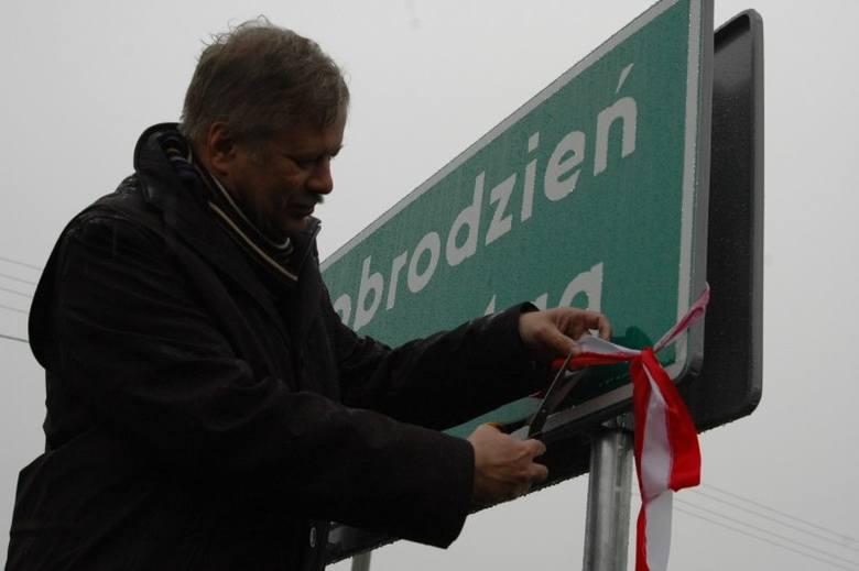 Szarfe przy tablicy Dobrodzien-Guttentag przeciąl Ludwig Neudorfer, konsul niemiecki w Opolu.