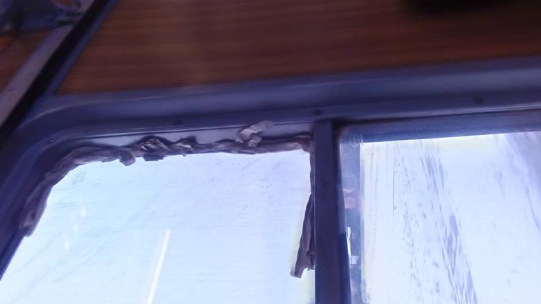 Pasażerowie pociągu Przemyśl - Rzeszów musieli siedzieć w czapkach i rękawiczkach. Przewoźnik uszczelniał okna gazetami
