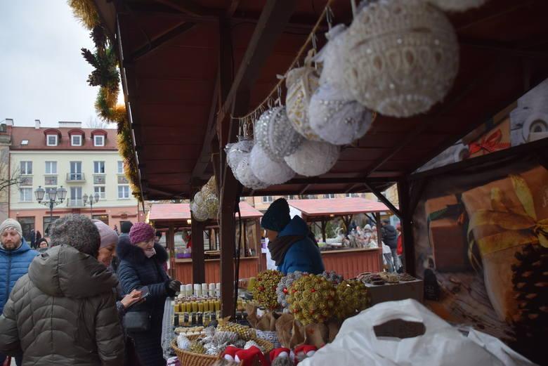 Jarmark bożonarodzeniowy w Białymstoku 2019: Jest karuzela wenecka, ramka do zdjęć i mały bufet. Co można kupić na stoiskach? (ZDJĘCIA)
