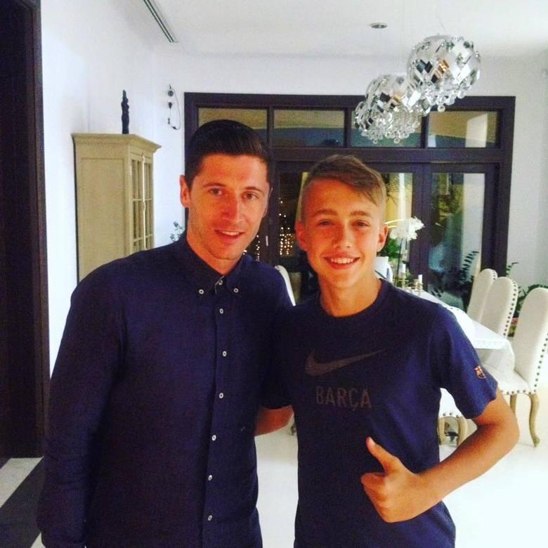 17-letni Oskar Majda (na zdjęciu obok Roberta Lewandowskiego) jest wychowankiem Stali Rzeszów, obecnie jest zawodnikiem Sokoła Sieniawa. Ojciec Krzysztof