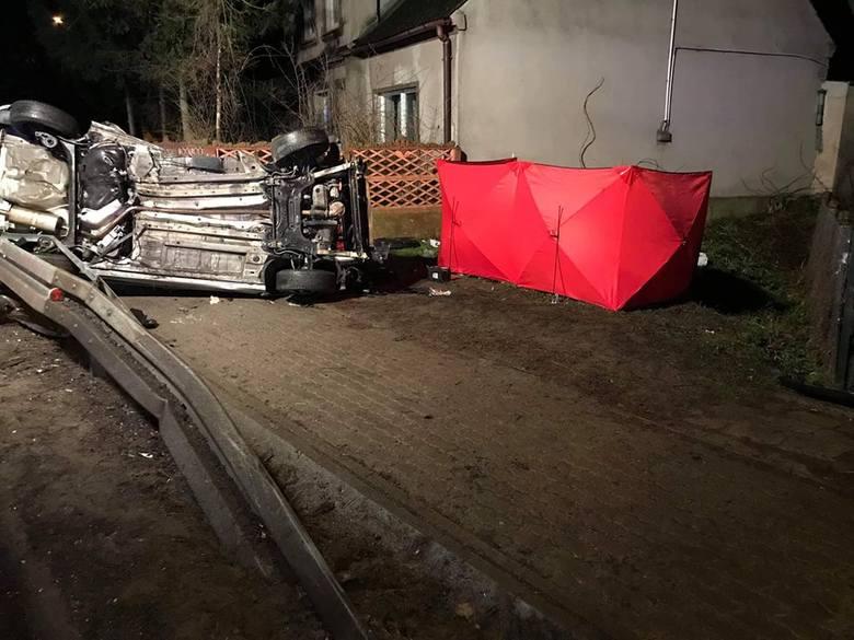 Do wypadku doszło o godz. 01.40 na łuku Drogi Krajowej nr 15 w Kwieciszewie. Według wstępnych ustaleń jadący od strony Strzelna osobowy citroen C4 prawdopodobnie