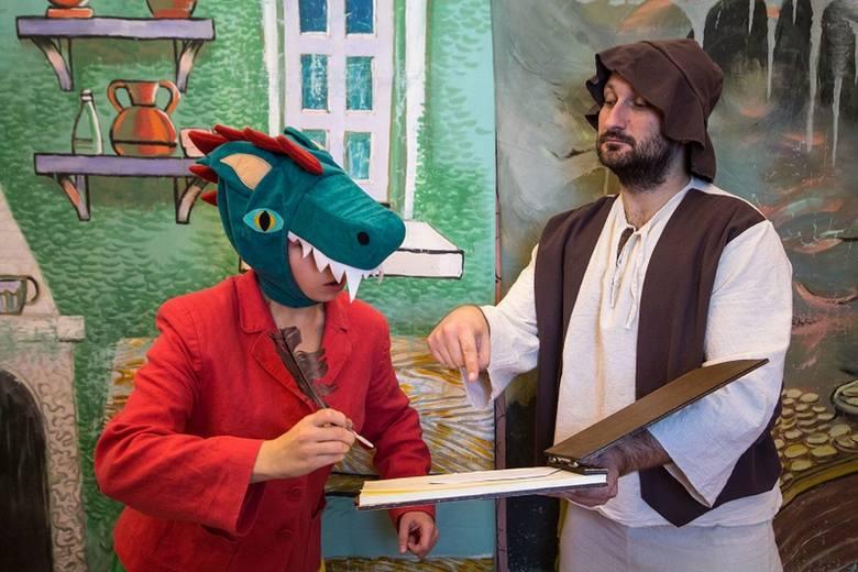 """Aktorzy z Teatru """"Blaszany Bębenek"""" z Trzebini zaprezentują spektakl pod tytułem """"Podróże Baltazara Gąbki""""."""