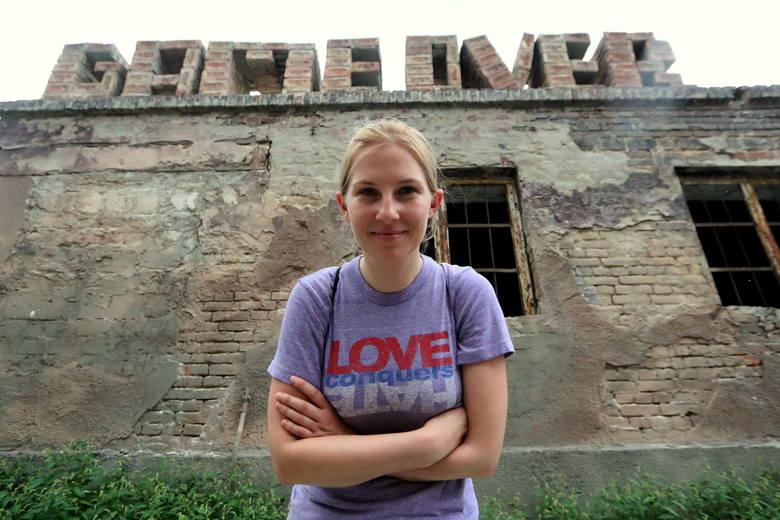 """Nasz dwugodzinny spacer kończymy na ulicy Farbiarskiej, obok ruin dawnej Łaźni Łabędzkich. Najlepszym komentarzem do historii tego miejsca jest ułożony z cegieł napis """"Game Over"""", instalacja artystyczna Pawła Korbusa. <br />"""