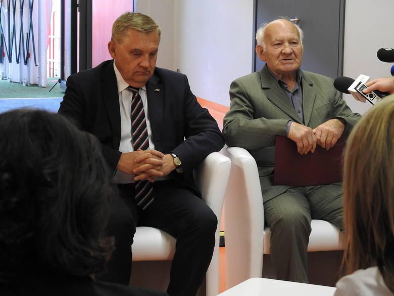 - Bardzo się cieszymy, że doczekaliśmy tej chwili i takiego zaszczytu - mówił prezes Koła Byłych Żołnierzy 42. Pułku Piechoty Jerzy Kloza gdy prezydent Tadeusz Truskolaski ogłaszał wyniki konsultacji.
