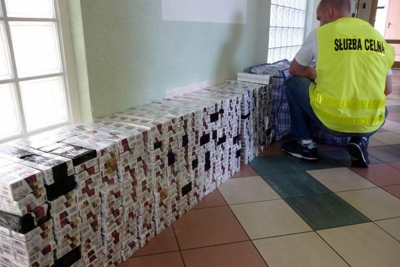 Najpierw celnicy z Łomży skontrolowali miejscowe targowisko, na którym znaleźli skrzętnie poukrywane i przeznaczone do dalszej sprzedaży 700 paczek papierosów