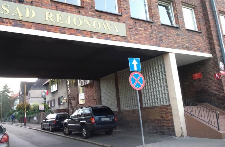 Auto zostało postawione za znakiem zakazującym zatrzymywania, tuż obok wejścia do stargardzkiego sądu.