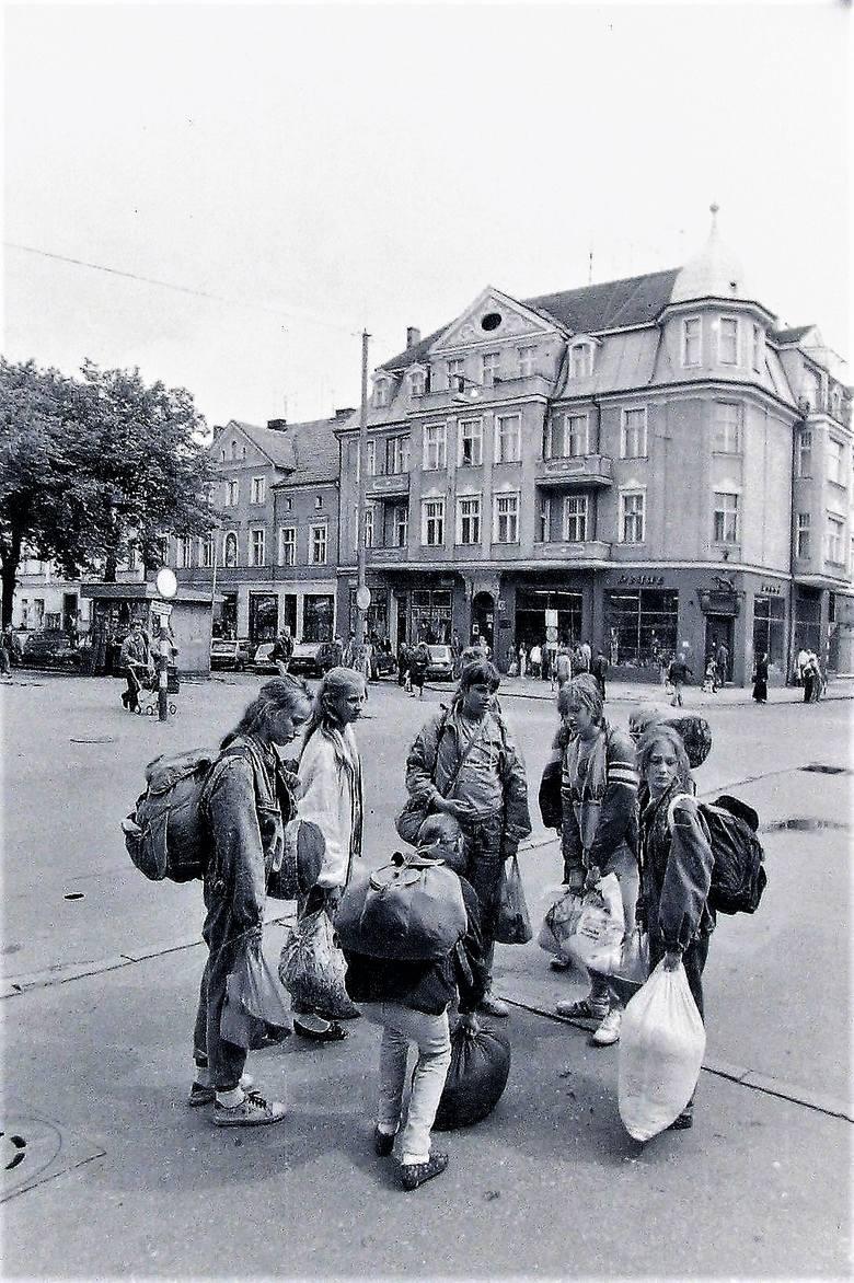Lato 1991, gromady turystów przemierzają al. Wojsk Polskiego