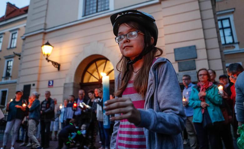 Podkarpaccy działacze KOD protestowali dziś przeciwko reformie sądownictwa, którą wprowadza Prawo i Sprawiedliwość. Ponad sto osób utworzyło Łańcuch