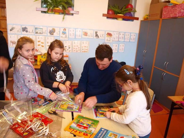 """Pod hasłem """"Zaczytani"""" uczniowie z Zespołu Placówek Oświatowych w Koprzywnicy zorganizowali akcję charytatywną skierowana dla małych"""