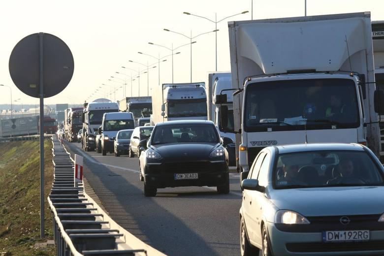 Wypadek na AOW - dwa auta osobowe i ciężarówka. Zablokowana jezdnia, spore korki
