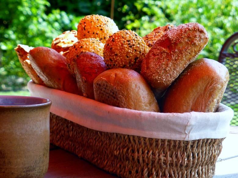 1. TYCIEPrzybierasz na wadze.Ciągłe przybieranie na wadze może być sygnałem, że należy ograniczyć spożycie pieczywa, szczególnie białego chleba czy bułek.