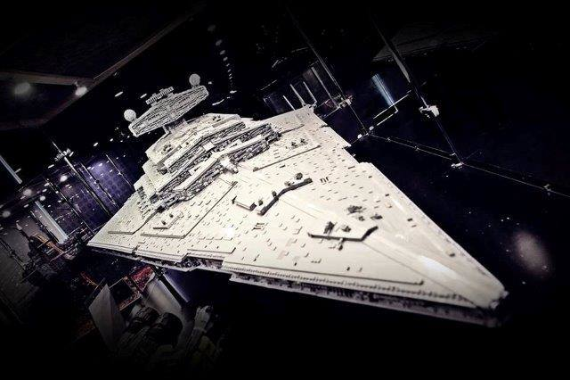 10 tirów klocków i sprzętu, 1500 m2 powierzchni, niemal 100 makiet prezentujących fantastyczne budowle z kilku milionów klocków Lego, największy na świecie
