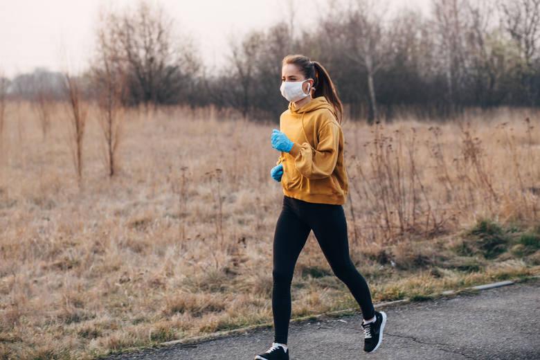 Symptomem, który może świadczyć o przebyciu zakażenia w sposób łagodny, jest pogorszenie sprawności fizyczna. Jej przejawem mogą być duszności odczuwane