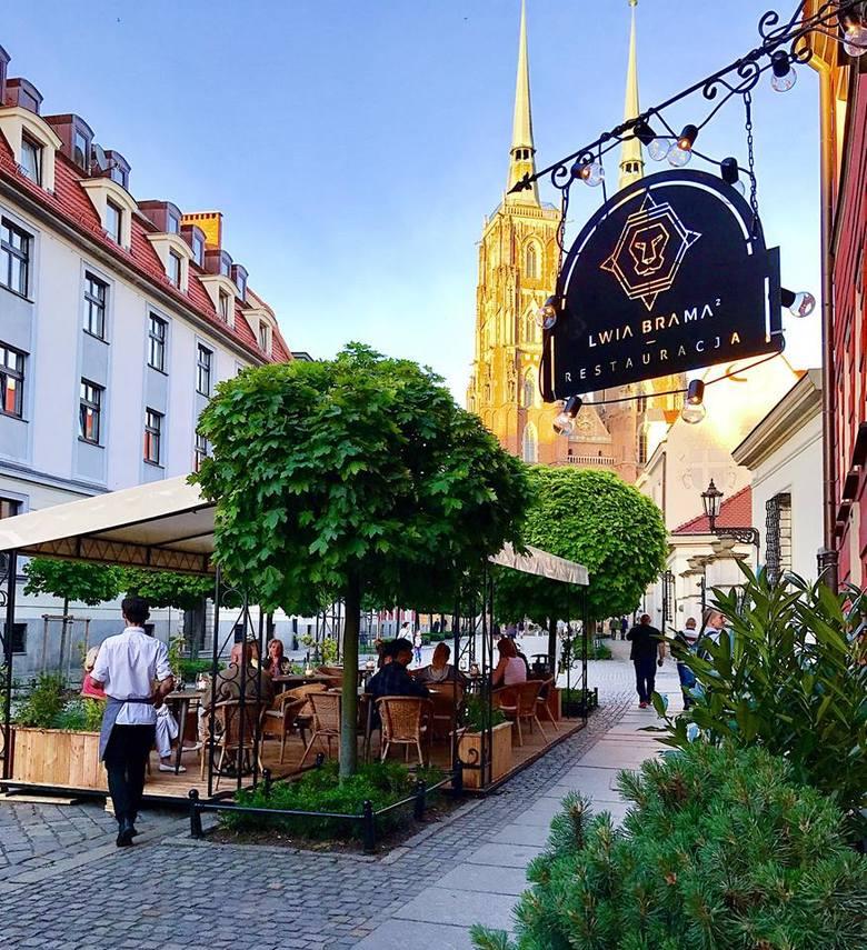 Lwia Brama² to jedyna restauracja znajdująca się w najstarszej części Wrocławia, Ostrowie Tumskim. O jej wyjątkowym charakterze świadczy nie tylko bajkowa
