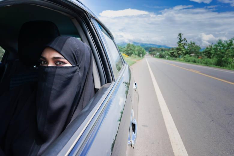 Arabia Saudyjska: zakaz prowadzenia samochoduJeszcze do niedawna kobiety w Arabii Saudyjskiej nie mogły usiąść za kierownicą samochodu, jednak zakaz