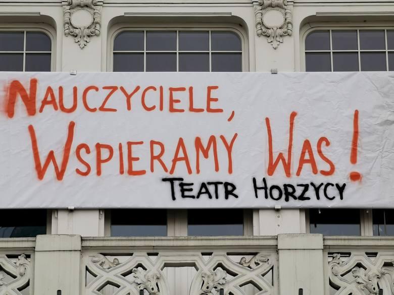 Wspierających  strajk w oświacie haseł  w Toruniu nie brakuje. Są na szkołach i instytucjach kultury.  Tutaj: Teatr im. Wilama Horzycy.
