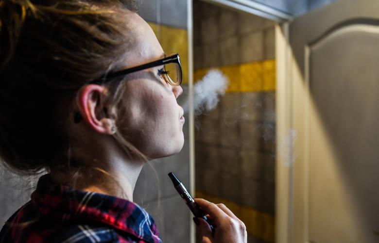 - E- papierosy są mniej szkodliwe w perspektywie krótkoterminowej od papierosów tradycyjnych- mówi prof. Sobczak.