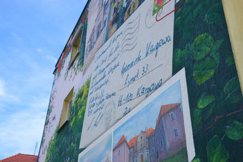 Mural powstał na ścianie bloku, który stoi na skrzyżowaniu ulicy Pocztowej i kpt. Więckowskiego, tuż obok ratusza