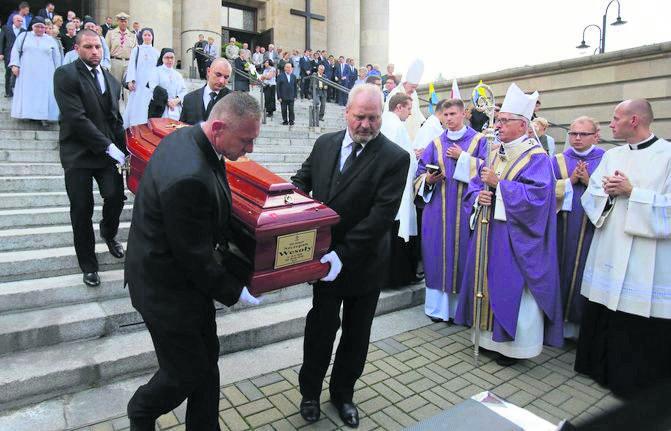Metropolita katowicki abp Wiktor Skworc (trzeci od prawej) wygłosił wzruszającą mowę pożegnalną dla przyjaciela