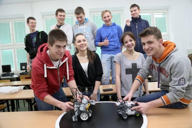 Rafał Sauć (pierwszy z lewej), Nikola Iwacewicz, Martyna Nitkiewicz, Daniel Stankiewicz i ich koledzy to pasjonaci robotów. Mają już na koncie sporo