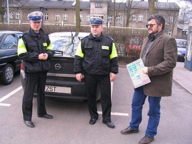 Na zdjęciu od lewej st. sierż. Grzegorz Fink oraz st.sierż. Krzysztof Pakulski z sekcji ruchu drogowego KPP Stargard. Z prawej Jerzy Grzesiak, kierownik