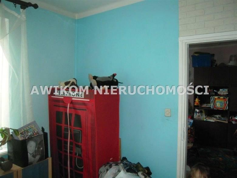 <strong>7. Dom za 270 000,00 zł <br /> 3 375,00 zł/m2 </strong><br /> Dom wymaga remontu, składa się z trzech pokoi i kuchni. Z kuchni wydzielono za drzwiami harmonijkowymi WC. Dom jest murowany z oknami PCV, dach pokryty papą.