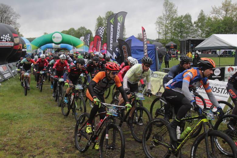 Widowiskowy Bike Atelier MTB Maraton w Dąbrowie Górniczej rozpoczety. Na starcie stanęło mnóstwo zawodników.