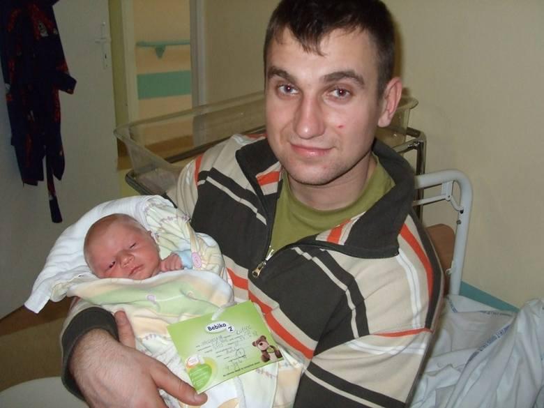 Sebastian Kupiec na zdjeciu z tatąSebastian Kupiec urodzil sie we czwartek, 3 grudnia. Wazyl 3750 g i mierzyl 57 cm. To pierwsze dziecko Malgorzaty i